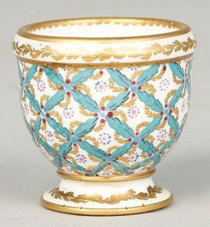 SEVRES Coquetier en porcelaine de Sèvres à décor polychro