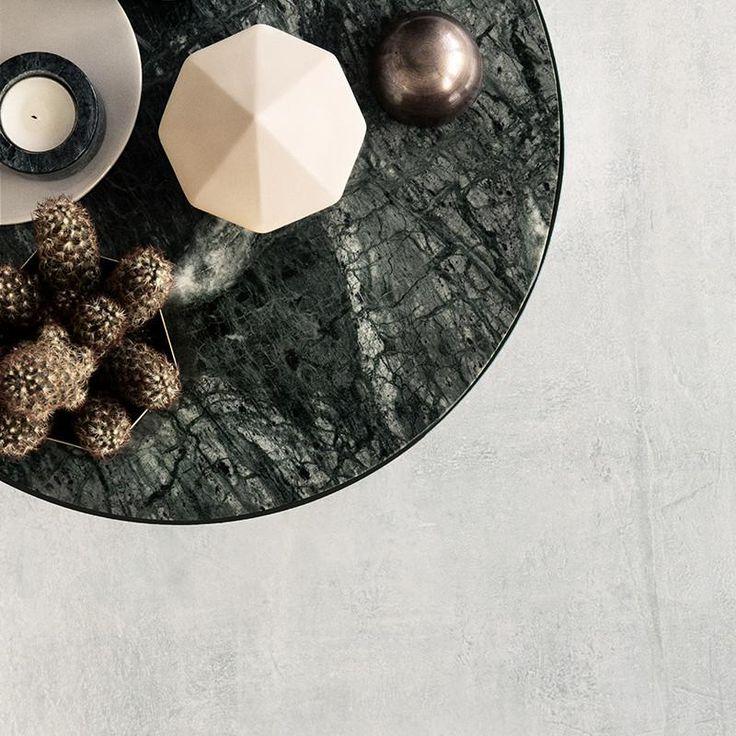 Breng deze marmeren bijzettafel van het Deense label Ferm Living in huis op je favoriete plek: naast je bed, voor de zetel, nabijje knussestoel of gewoon in d