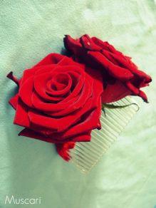 kwiaty do włosów panny młodej czerwone róże