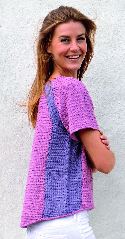 Den tofarvede bluse, der skråner ned bagpå er både frisk og klædelig med de indsatte kontrastfelter.