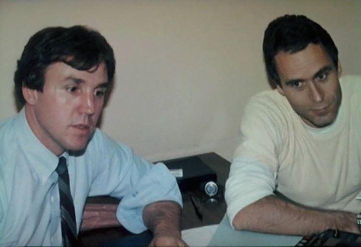 Janvier 1989, Ted Bundy à la veille de son exécution, au cours de sa dernière entrevue avec l'agent spécial William Hagmaier de l'unité d'analyse comportementale du FBI.