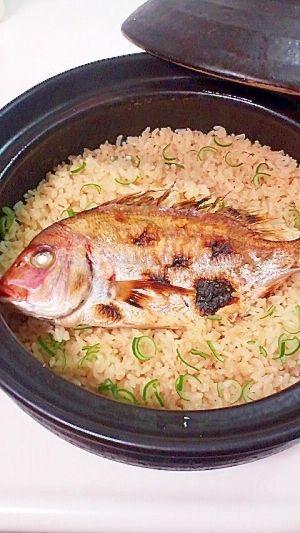 楽天が運営する楽天レシピ。ユーザーさんが投稿した「失敗なし☆簡単、旨い、鯛めし」のレシピページです。鯛の骨からは,とっても,おいしいダシがでるんてす☆下処理で臭みなし。簡単でおいしく豪華におもてなし。☆土鍋でも炊飯器でも、美味しくできます。。鯛めし。鯛,塩,米,水,昆布茶 (和風だしでも良い),☆酒,醤油,☆塩,葱
