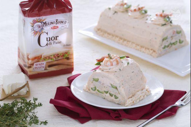 Il tronchetto salato con mousse di salmone asparagi e mazzancolle è un antipasto freddo ideale per il menu delle feste di Natale o capodanno!