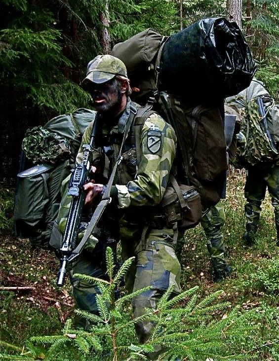 Soldiers form a long-range reconnaissance squadron with the Swedish Army ISR-battalion during the basic reconnaissance course.