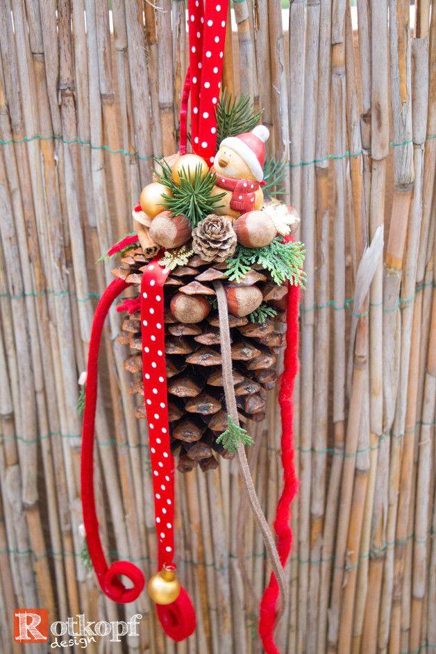 gro er zapfen dekoriert mit verschiedenen b ndern kleinen vogel mit weihnachtsm tze n ssen kl. Black Bedroom Furniture Sets. Home Design Ideas