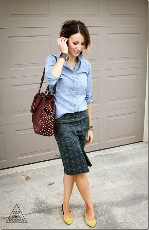チェックのタイトスカートと黄色パンプス♡ 人気おすすめトレンド モテ『デニムシャツ』レディースアイデア一覧