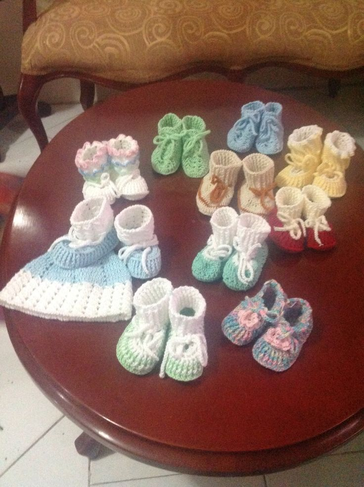 Zapatitos de bebé en crochet. Baby shoes in crochet. Gorrito, hat.