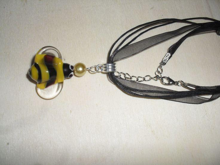 collana con ape di uncinettotuttomatto su Etsy