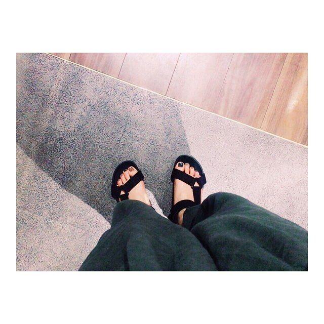 𓂃 ・ ・ ネイル チェンジ 𓇼𓇼 茶色と深緑と灰色を交互に 塗ってみたのだけど どれも落ち着いた色だから バランス良くていい感じです(*´ `* )°゚ ・ つかさ亭でご飯たべたよ 白米は安定の大盛りなのだけど 明日 友達の結婚式や  ドレス着るんや 、おっと 。 ・ ・ ・ #夏#ネイル#地味色#teva ・