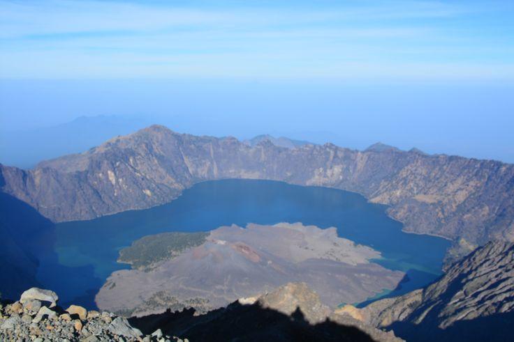 Danau Segara Anak dan Anak G.Rinjani dari puncak Rinjani 3726mdpl.