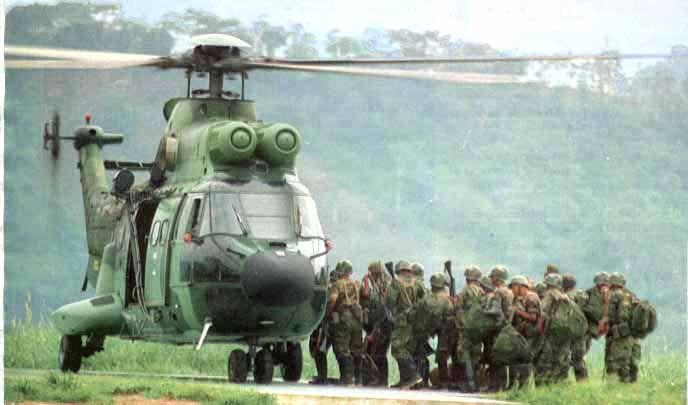 Helicóptero ecuatoriano Super Puma (As-332B) transportando a soldados ecuatorianos a la zona de combate