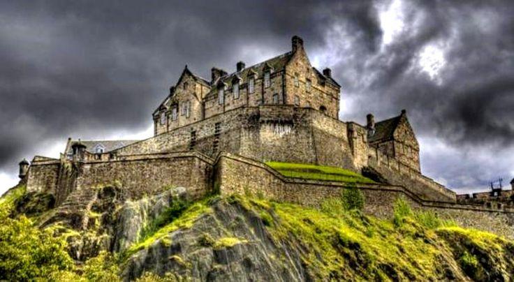 Uno de los lugares más frecuentados de Escocia, el castillo de Edimburgo se dice que es el hogar de un gaitero fantasma, un batería sin cabeza y un perro fantasma. En 2001 , las bóvedas del castillo y las cámaras fueron sometidos a una rigurosa investigación científica de 10 días , el uso de equipos de visión nocturna , cámaras digitales , imágenes térmicas , y 240 voluntarios seleccionados . Y casi la mitad de los que participaron informó avistamientos de fantasmas y fenómenos aterradoras,