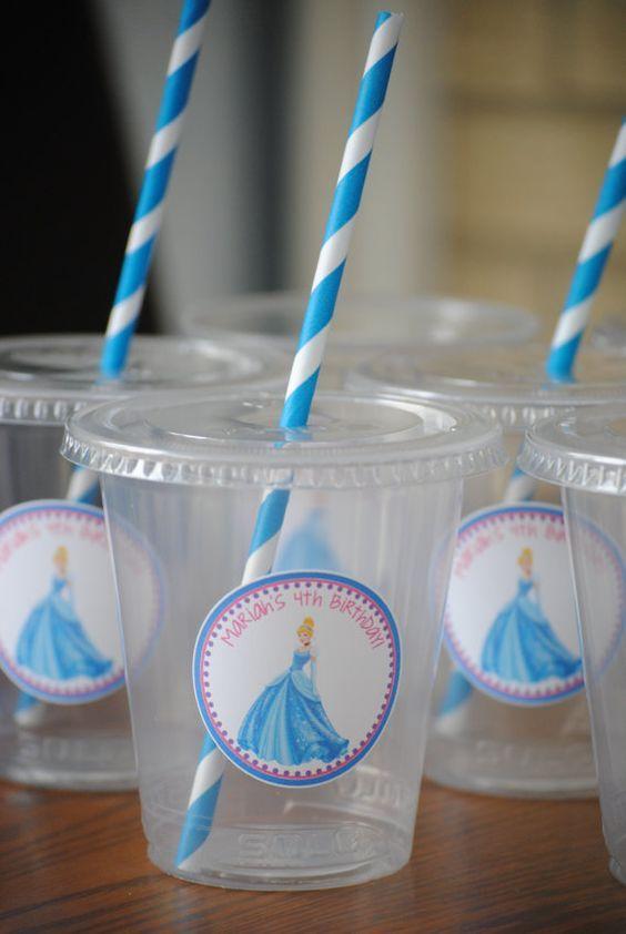 2.- Los detalles, como ya te he explicado en otras fiestas, cosas pequeñas hacen que luzca mucho tu fiesta y los invitados lo agradecerán, banderines, letreros, vasos con stickers, son algunas de las novedades que pueden haber en tu celebración: vasos-cinderella