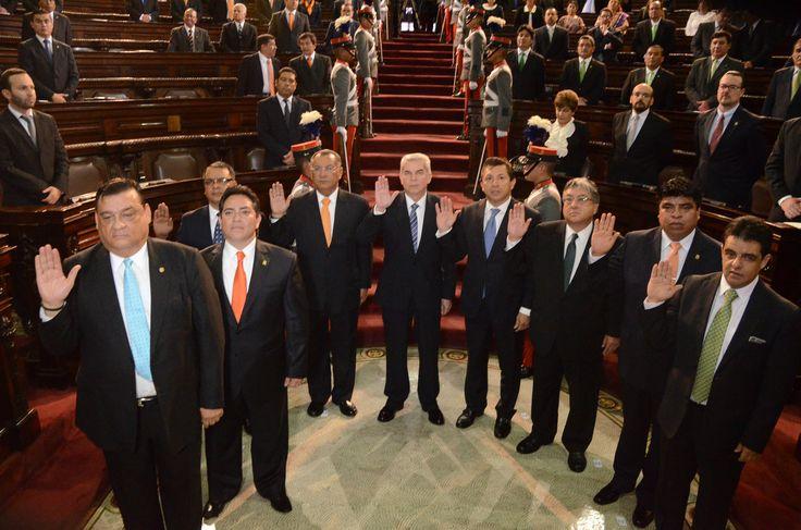 07. JURAMENTACION. Los nueve diputados integrantes de la Junta Directiva 2015-2016 juran respetar la Constitución Política de la República.