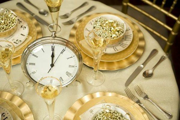 Dekoideen für den Silvester Tisch silvester uhr glas teller besteck  fest
