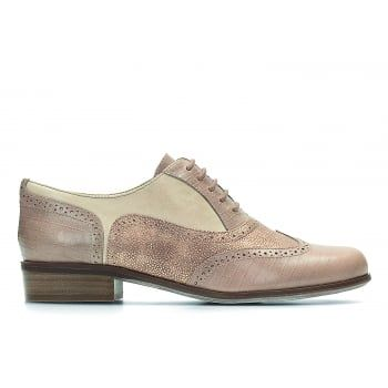 A key look for the season, masculine styling with a feminine twist is delivered in these beautiful Hamble Oak women's brogues. In nude combi leather, this fashionable style combines classic punched detailing with a simple lace fastening. A cushioned Softwear footbed adds all-day comfort. https://www.marshallshoes.co.uk/womens-c2/clarks-womens-hamble-oak-nude-combi-leather-casual-shoes-p4553