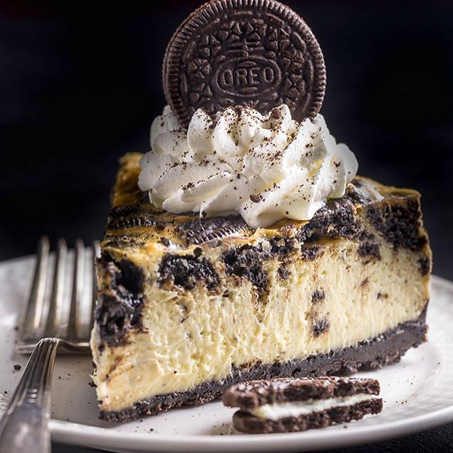 ❤️ If Oreo Cheesecake is your thing, you're going to LOVE my latest blog post! This New York-Style Oreo Cheesecake is soooo creamy and loaded with Oreo cookies in every bite! I'm already dreaming about my next slice  #recipe link in my bio @bakerbynature