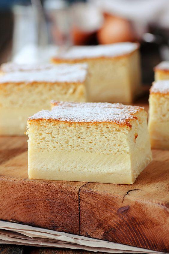 8 yemas8 claras a punto de nieve1l de leche tibia250g de mantequilla derretida 280g de azúcar225g de harina ralladura de un limón2 cuch de esencia de vainilla Batimos las yemas con el azúcar y la esencia de  hasta tener una crema espumosa. añadimos la mantequilla, la leche y por último la harina y la ralladura. Mezclamos bien y agregamos las claras con movimientos envolventes. Volcamos la mezcla en un molde untando de mantequilla y  harina. a horno precalentado a 180º- 10 m y a 160º.50 m