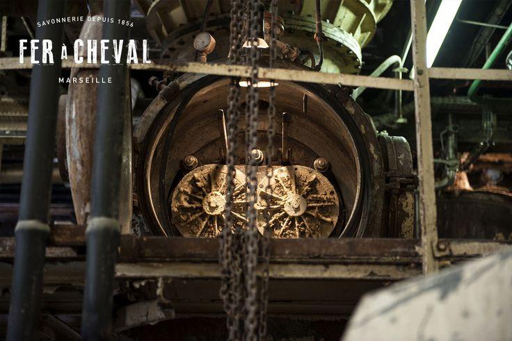 La pâte de savon à la sortie de l'atomiseur où elle est pulvérisée sous vide à 140°C pour un séchage ultra-rapide. Elle passe ensuite dans la boudineuse pour être transformée en bondillons ou nouilles de savon. Crédit photo : Christine Amat