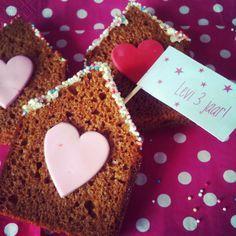 Traktatie! Ontbijtkoek snijden in de vorm van een huisje, bovenzijde besmeren met witte chocoladepasta, in spikkels drukken, hartje van fondant of een snoephartje erop! Evt. nog een vlaggetje erin.