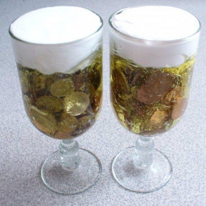Leuk kado voor een man! Je neemt twee glazen en daar doe je van dat goedkope gele gel in ( van de ACTION oid) Je stopt de muntjes erin, beetje scheerschuim erop en klaar is kees :-)