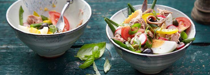 Ein sommerfrischer Salat im REWE Rezept: Thunfisch, Ei, Sardinen, grünen Bohnen, Tomaten und mehr. Der Nizza-Salat gehört zu den Klassikern Frankreichs. »