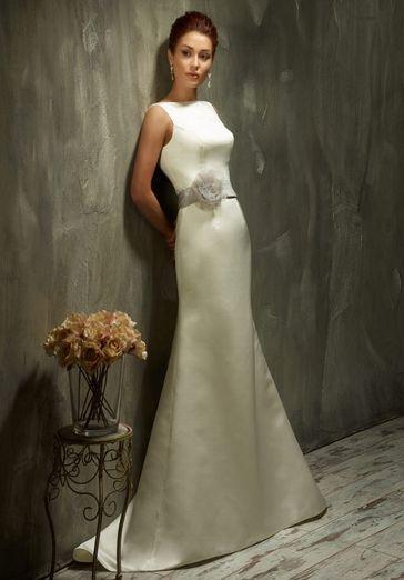 Puristisches Couture Brautkleid mit schmalem Schnitt aus Organza und Satin in Elfenbein und Weiß - von Lisa Donetti