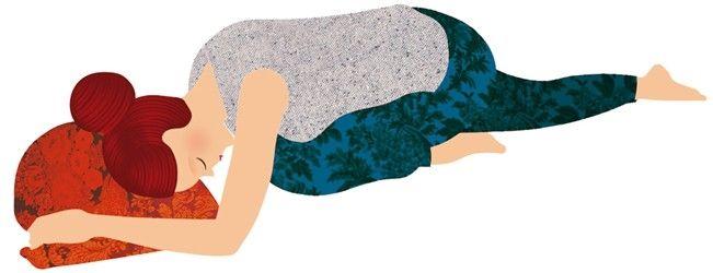 Yoga para dormir: postura de la paloma. Colócate en el suelo a gatas y, partiendo de esta posición, baja los glúteos hasta apoyarlos sobre los gemelos. Extiende la pierna derecha hacia atrás. La rodilla izquierda se queda debajo del pecho y el pie izquierdo, pegado al muslo derecho. Apoya la frente sobre un almohadón, con las manos a los lados de la cabeza y los codos flexionados, sin ejercer ningún esfuerzo para relajar la espalda y la nuca. Mantén la posición durante 10 respiraciones…
