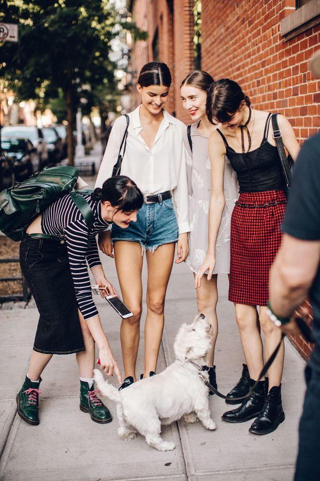 Street style à la Fashion Week printemps-été 2017 de New York : mannequins à la sortie des défilés, models off duty chien