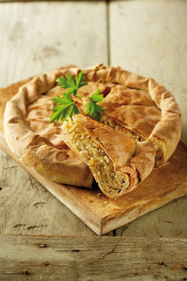 Λαχανόπιτα ηπειρώτικη Πρόκειται για μια κλασική ηπειρώτικη πίτα που τρώγεται κυρίως στις μέρες της νηστείας. Βέβαια, με την προσθήκη τυριού και αβγών όμως γίνεται πιάτο παντός καιρού και είναι μάλιστα ιδιαίτερα νόστιμo!