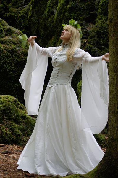 Brautkleid mittelalter Hochzeitskleid Gewandung von Maßanfertigung von individuellen Einzelstücken Mittelalterkleider und individuelle Kleider auf DaWanda.com