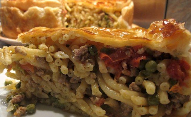 Il timballo di maccheroni è uno dei piatti simbolo della cucina partenopea. Ecco la ricetta che vi proponiamo noi