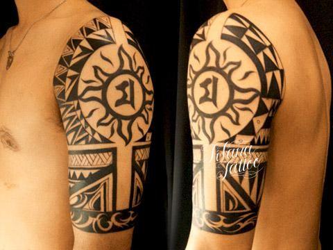 ポリネシアン調の民族柄をハーフスリーブ用にデザインしたタトゥー|刺青作品です。所要時間の目安は15時間前後、3回から4回の施術で完成するサイズです。
