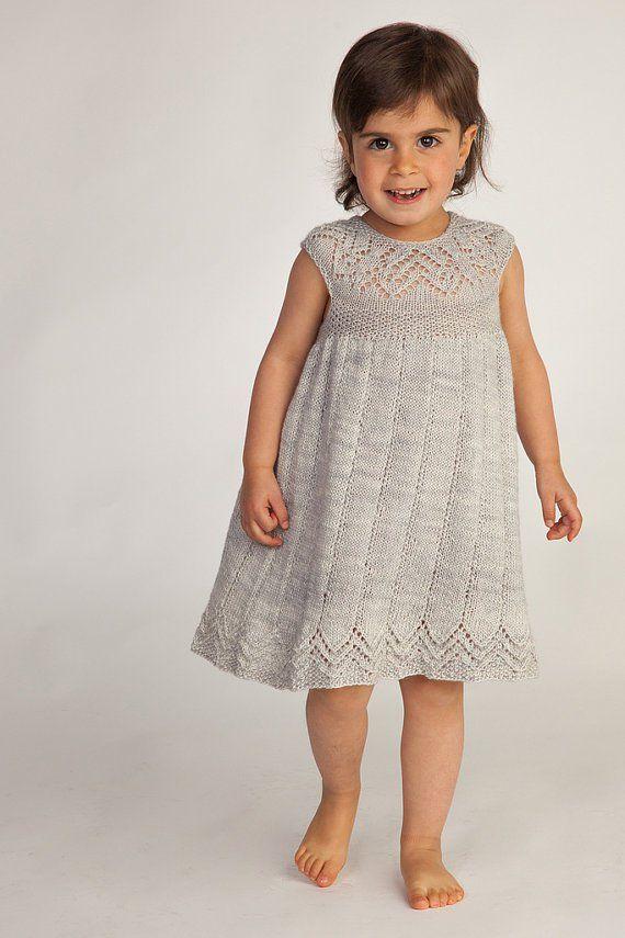Strikkeoppskrift for Muti Dress for baby og småbarn med blonder krage og hem