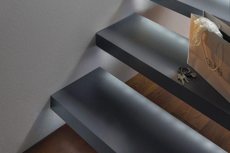 praktikus a talaj és a fal találkozásánál, lépcsőn, padlón a LED-szalag