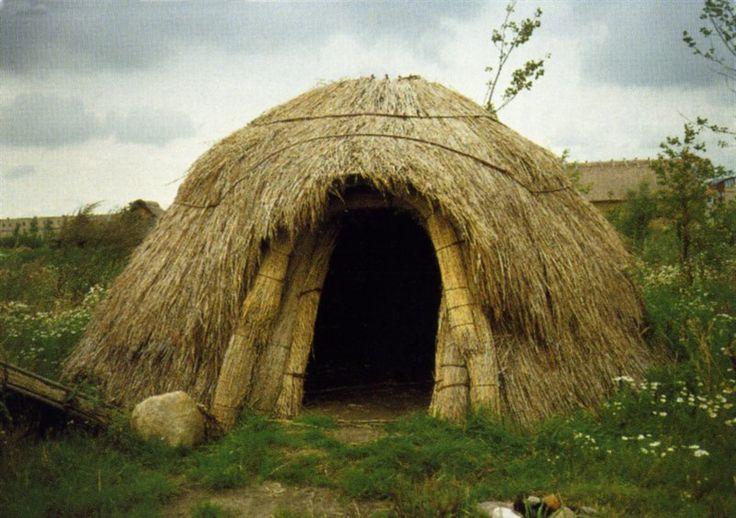 dit is een hut waar jagers en verzamelaars in leefden