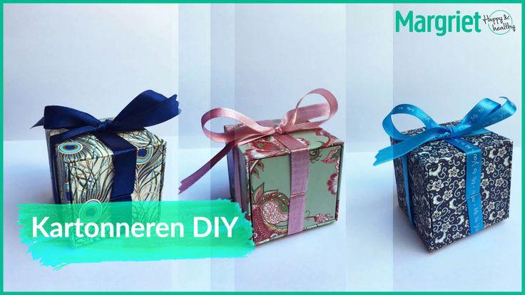Kartonnage is het verwerken van karton tot een mooie verpakking. Je kunt er de origineelste dingen mee maken. Bijvoorbeeld deze prachtige doosjes voor een cadeautje bij een geboorte, bruiloft of verjaardag. Ideaal om oorbellen, een kettinkje of ander sieraad in te doen. En zo'n persoonlijke geschenkverpakking maakt het extra speciaal. Myra Vervaart kan de mooiste…