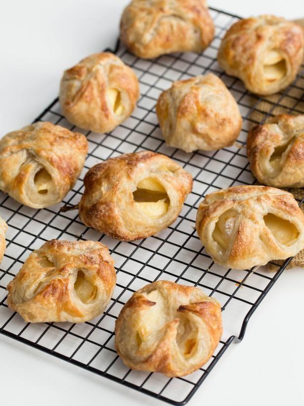 りんごを包んで焼くだけで簡単にアップルパイが出来るんです!リンゴを煮ないから鍋も必要なし!おやつタイムにさっとあつあつサクサクのアップルパイを食べれちゃいますね。