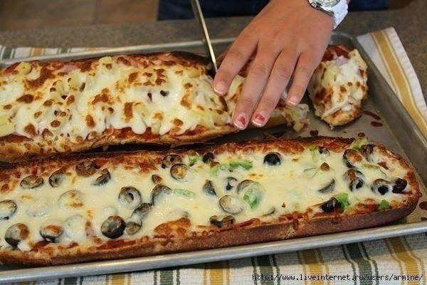 Пицца-хлеб за 10 минут: ●1 французская булка (или багет) ●томатный соус ●любые начинки, которые есть в холодильнике ●тертый сыр Приготовление: Разогреваем духовку до 250 гр Хлеб разрезаем пополам вдоль. Смазываем томатным соусом (пастой), выкладываем начинку. У меня — зеленый болгарский перец, колбаса, оливки на одной стороне и сосиски и ананас на другой стороне. Посыпаем все тертым сыром. Ставим в духовку на 5-6 мин (пока сыр не расплавится).