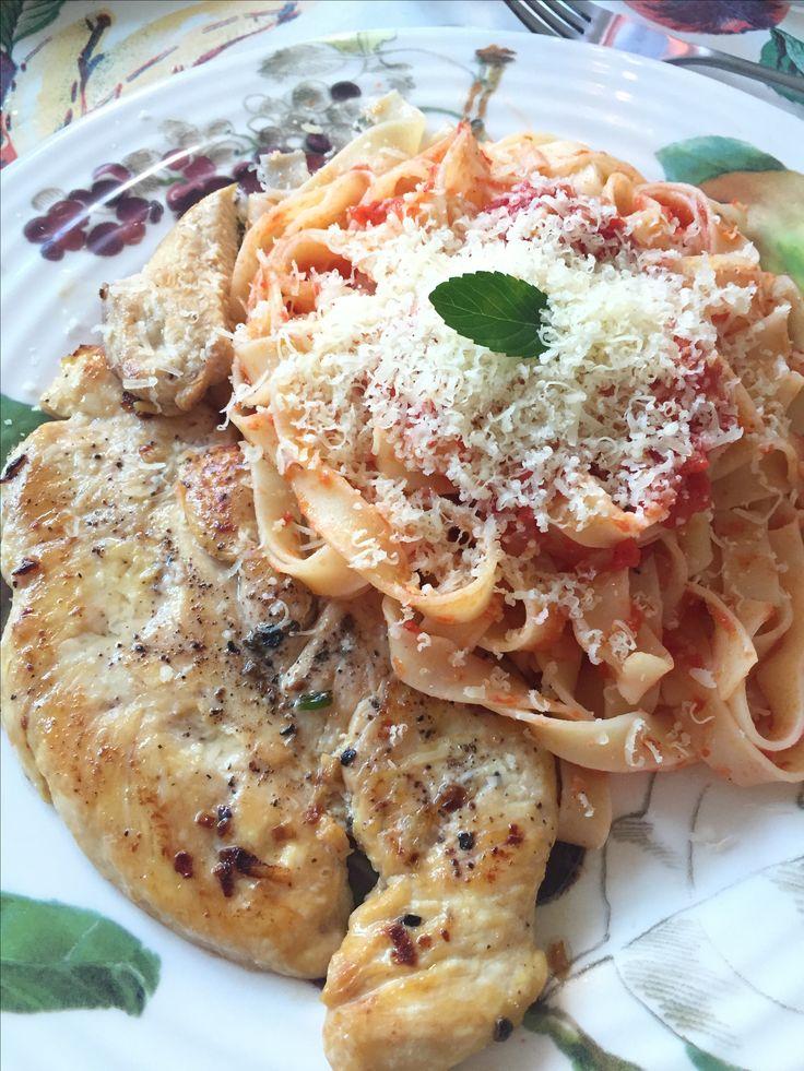 Pasta al pomodoro con parmigiano e petto di pollo