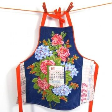 Blauw schortje met bloemen, gemaakt van een vintage Franse theedoek