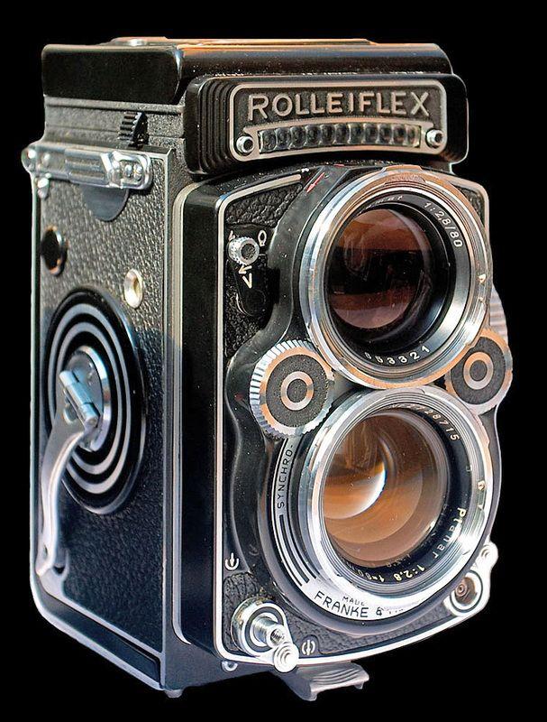 © Juhanson   En 1928 nait le Rolleiflex, appareil de moyen format (6 x 6 cm) bi-objectif de la marque allemande Rollei. Les deux objectifs, solidaires, servent, l'un à la mise au point, l'autre à la prise de vue. D'un emploi discret, ce fut pendant de nombreuses années l'appareil photo des reporters couvrant les manifestations publiques (sportives, politiques, culturelles, mondaines ou autres).