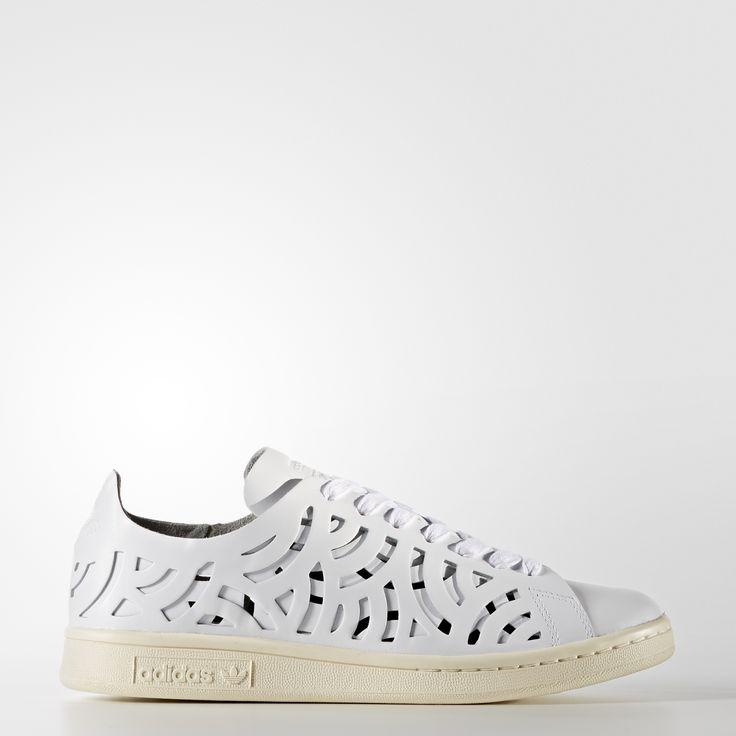 Tout comme le tennisman dont elle porte le nom, la Stan Smith, première chaussure de tennis conçue en cuir, s'est rapidement imposée comme une légende. Depuis son lancement dans les 70's, elle est passée des courts à la rue, devenant l'une des sneakers les plus emblématiques d'adidas. Cette chaussure femmes affiche un design arty. Sa tige aérée conçue en cuir ajouré présente un effet superposé pour créer une impression 3D géométrique. Elle est ornée d'un logo discret Stan Smith en rel...