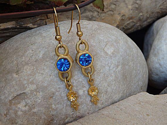 Pendientes de swarovski azul. Algo azul. Aretes de oro azul. Pendientes azul. Pendientes de las mujeres. Pendientes de cristal de zafiro azul. Para ella
