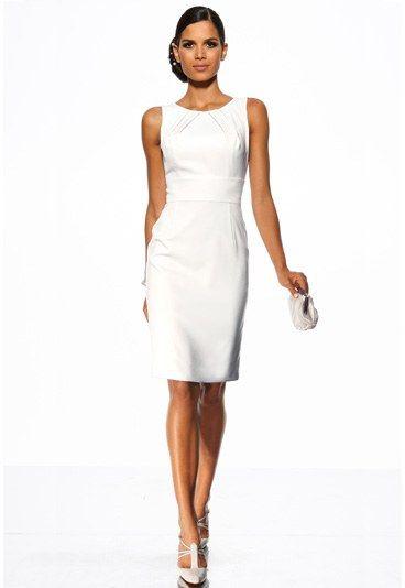 Brautkleid von Heine - Hochzeitskleider  - Dieses elegante Etui-Kleid mit figurbetonender Rundum-Passe in Taillenhöhe ist schlicht aber oho! Von Heine, um 99 €. Bild: © Heine