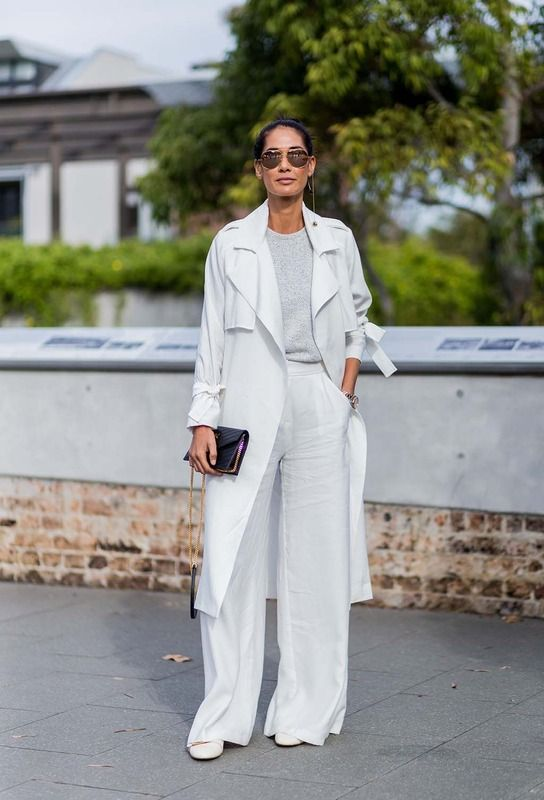 Pantalones bien anchos y un total White dan un look de mucho estilo