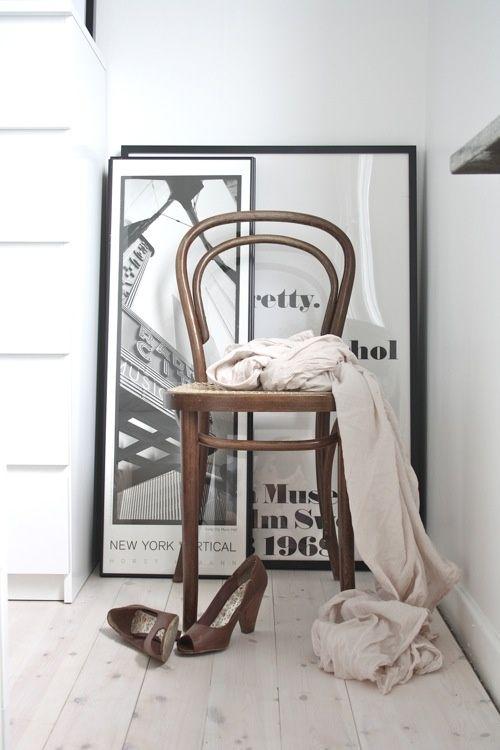 Merk: Thonet Model: Stoel 214 Design: Marcel Breuer Kleur: Donkerbruin gebeitst met blank rieten zitting Status: Nieuw Voorraad: 1 exemplaar  Het Design Entrepot prijs € 430,-  •Website: http://hetdesignentrepot.wordpress.com •Bel+316 22999488 •Mail: info@hetdesignentrepot.nl