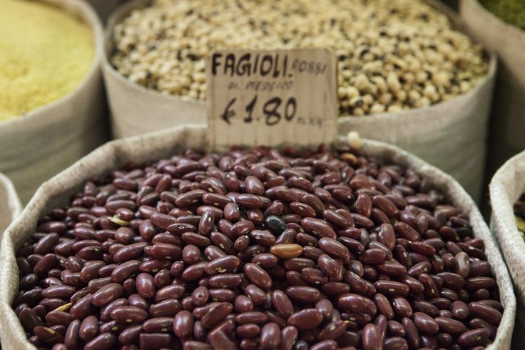 Kidney beans and other pulses on sale at the Esquilino market in Rome. ©FAO/Marco Salustro
