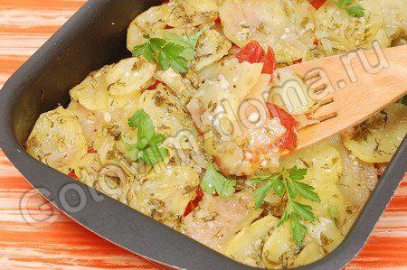 Картофель, запеченный с луком, чесноком и помидорами