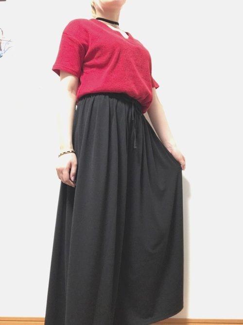 深みVネックトップスにボリュームシルエットのスカンツを組み合わせてみました! 初めて赤の服を買って着